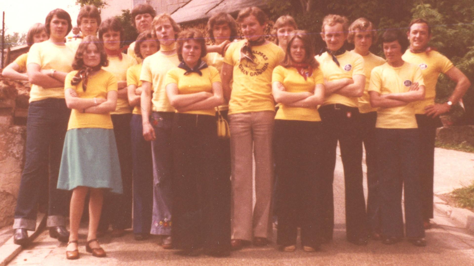 Die ersten einheitlichen T-Shirts in gelb